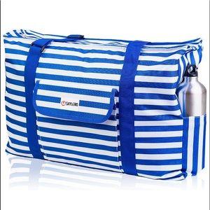 Durable, convenient XXL beach bag.